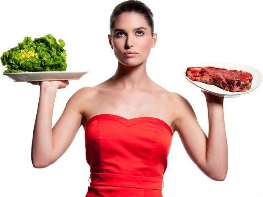 зелень и мясо в тарелке