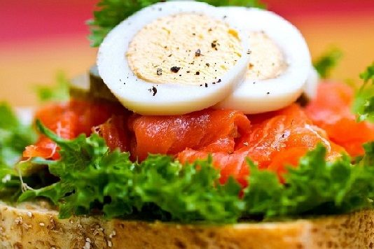 яйца с зеленью и семгой