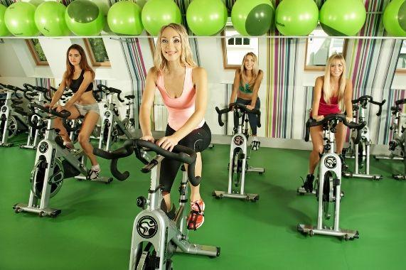 групповые занятия на велотренажере в спортзале
