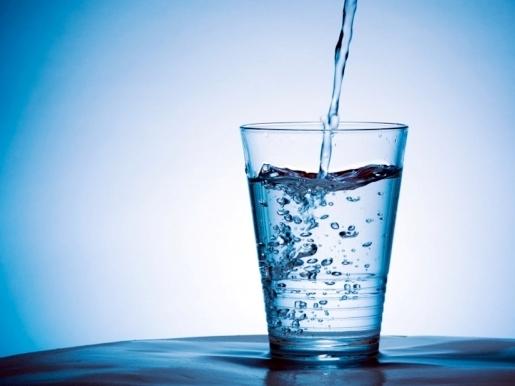 налить стакан воды