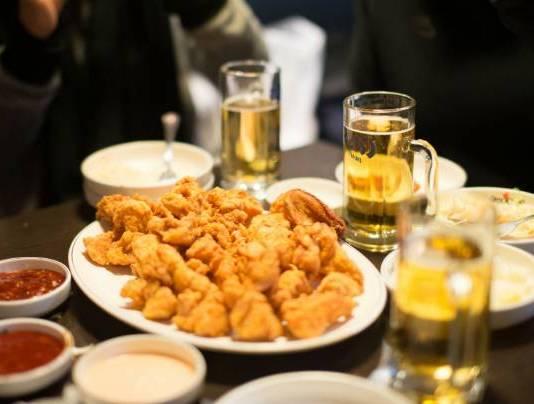 пиво и крылышки в кляре