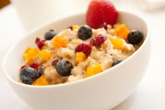 каша с фруктами на завтрак