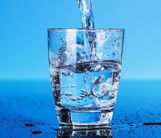 стакан кристальной воды