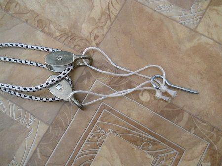веревка с карабинами и крючком